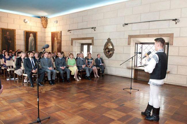 Garduli Alfred cantand la ceremonie