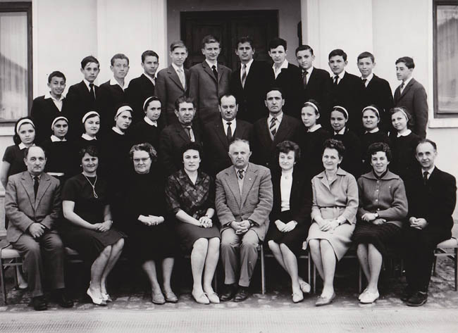 1964-1965 Clasa a VIII-B - secţia maghiară, diriginte profesor Barlabas Ernest