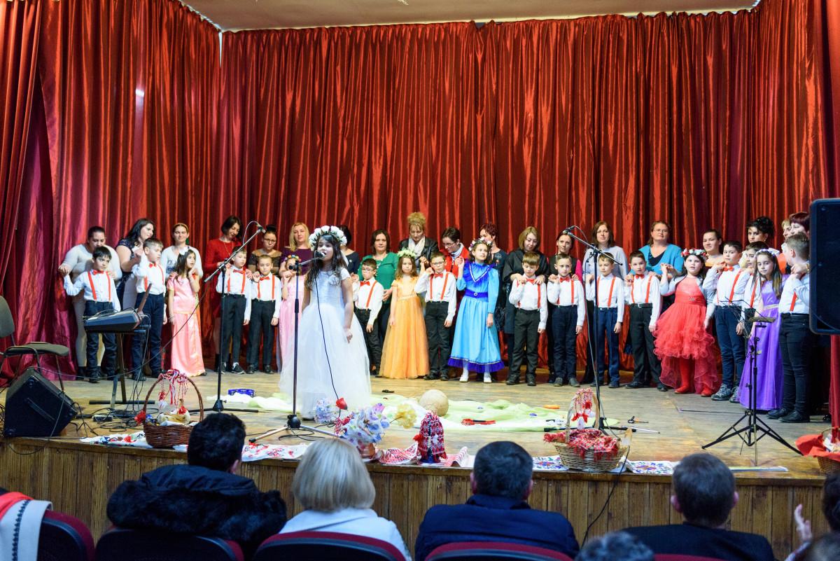 """Elevii clasei a II-a A, de la Scoala Gimnazială """"Lucian Blaga"""" împreună cu mamele lor"""